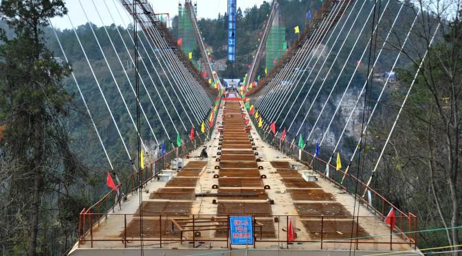 中国人的巧夺天工:张家界大峡谷玻璃桥成功合龙