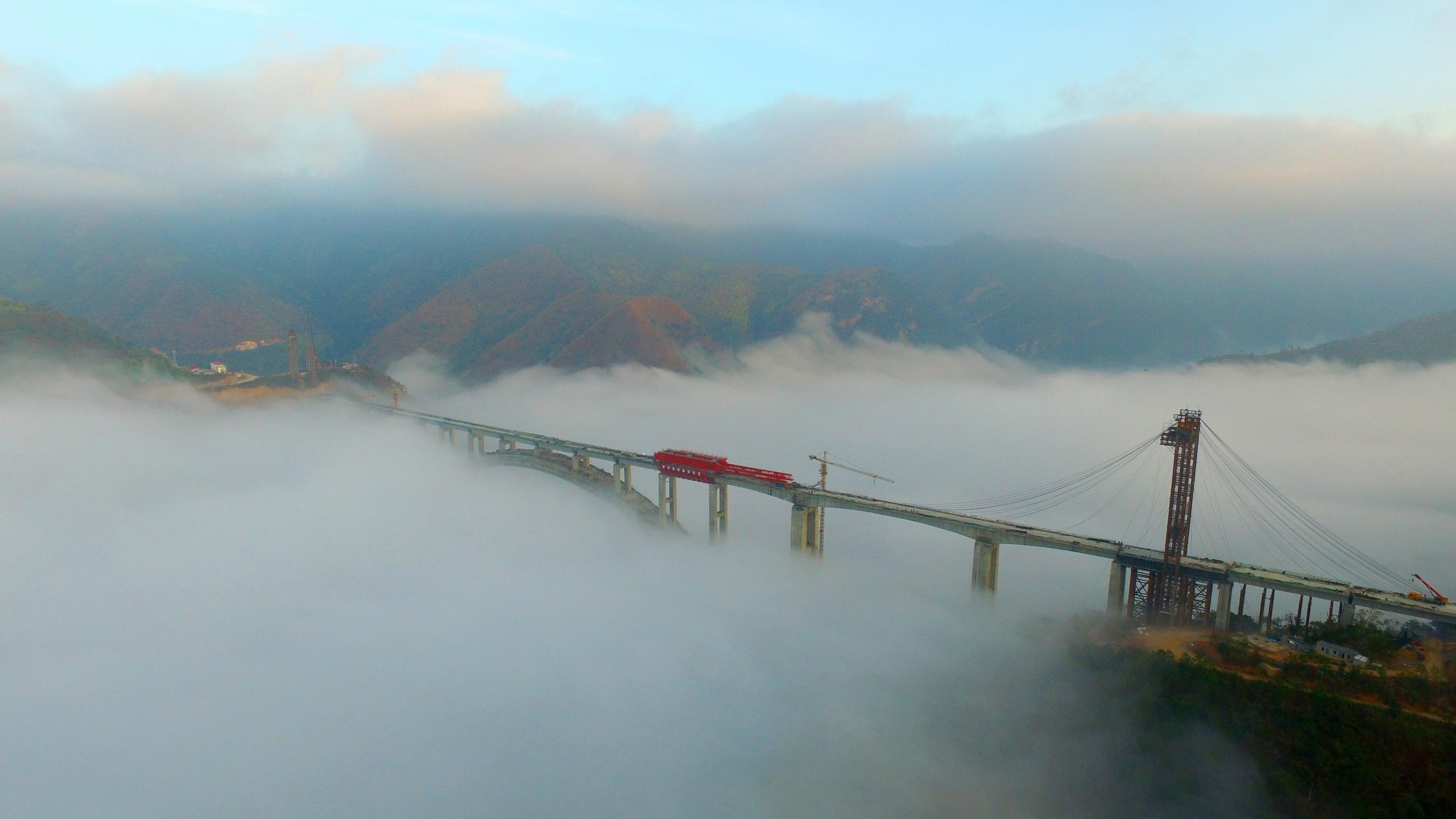 云桂铁路南盘江特大桥位于云南省红河州弥勒市与文山州丘北县交界处