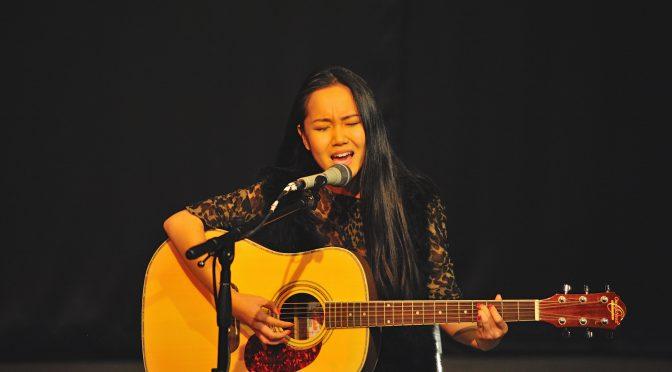 视频:Julie Yu在北欧金秋文艺汇演中吉他弹唱