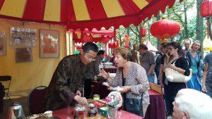 【2】展示中国茶艺,给大家品尝中国茶;大使馆书法大师在展示中国书法;