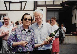 【6】应邀于2002年秋初赴世界葡萄酒中心的法国波尔多(Bordeaux) 为香港无线卫星电视台制作《情系欧华》系列《法国名酒》特辑的欧洲著名华人专业评酒师邓锦华先生现场