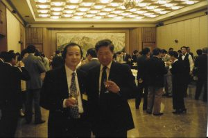 【8】邓先生(左)1994年前往英国参加欧华联会第三届年会,与中国驻英国大使合影。