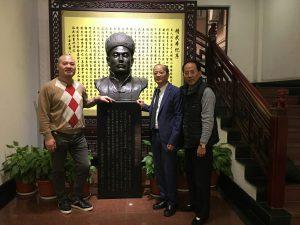 自幼跟随香港新界著名拳师习炼八卦掌,今逾六旬的邓先生(右2)于2016年6月加入了荷兰精武体育总会任副会长。同年11月中旬,他去川鲁闽粤浙等地公干,顺路拜访上海武体育总会,
