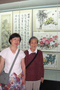 [4]陈洪与旅居荷兰回穗探亲的女儿(左)在陈洪作品前合影留念_