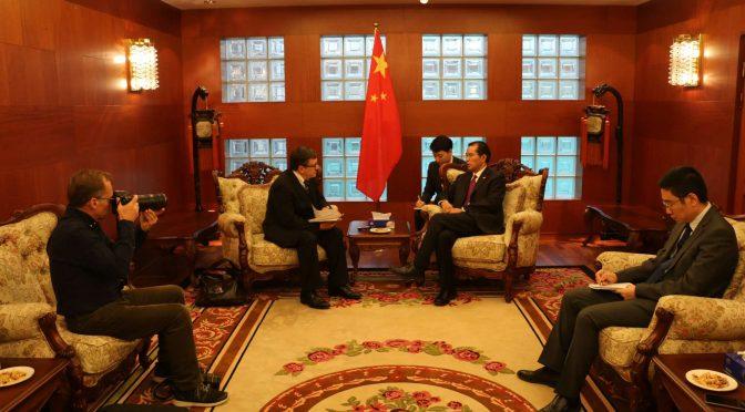 桂从友大使接受《瑞典日报》记者专访时说,中瑞在绿色经济和气候变化问题上是天然合作伙伴