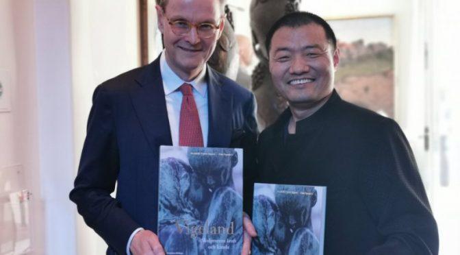 又一本书又一次展览-瑞典著名华人摄影师李亚男又一力作《维格兰德雕塑的力量与情感》新书发行和雕塑展览同时开幕