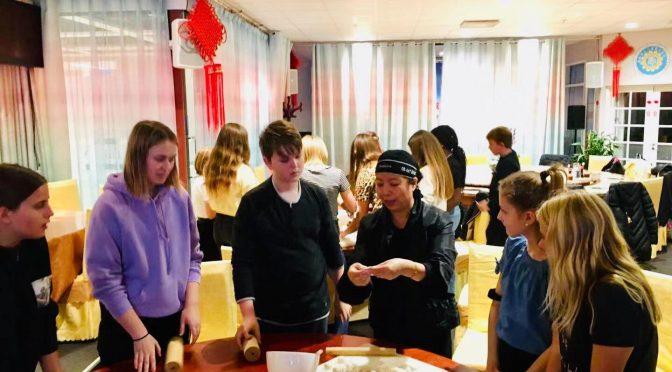 """瑞典学生走进""""聚福园"""" 学习包饺子做春卷儿"""