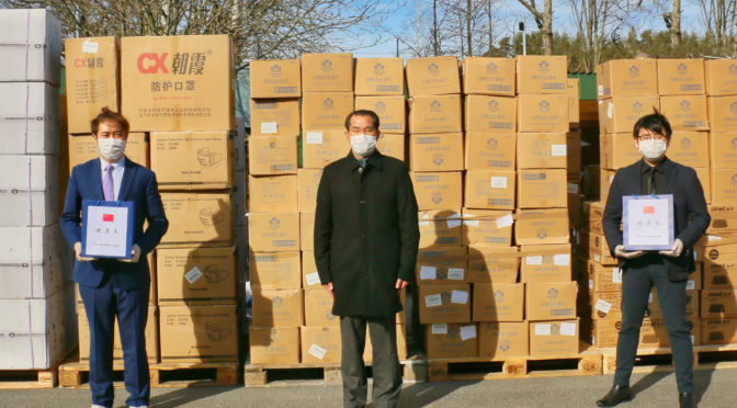 """中国驻瑞典大使桂从友为旅瑞中国留学生发放""""健康包"""""""