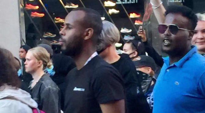 """上千人聚集斯德哥尔摩市中心赛格广场支持美国""""黑人生命也重要""""运动"""