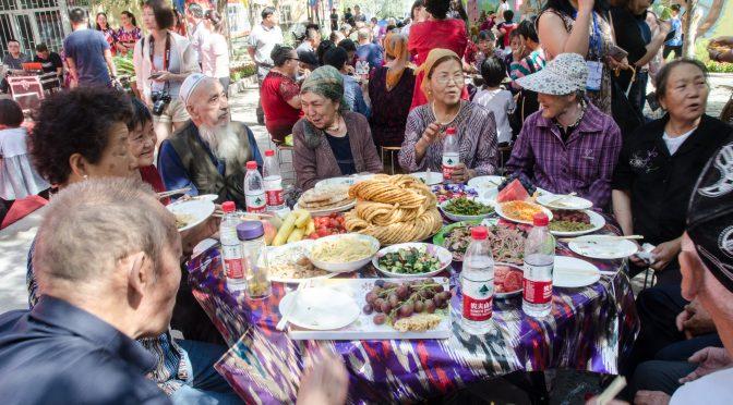Utländska journalister Besök Xinjiang-serien (7) – Nationell enhetsfamilj, stor festlunch med tre etniska grupper