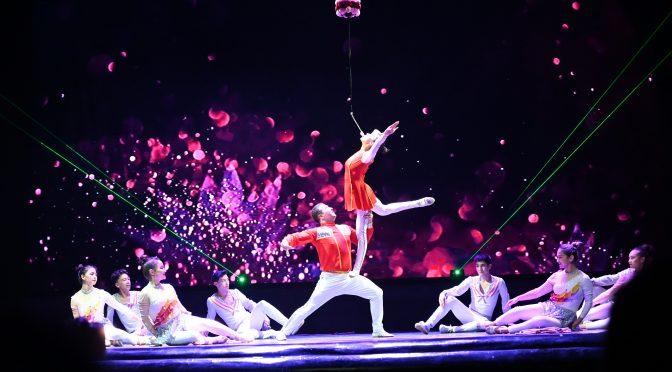 图片新闻:新疆人民剧院上演庆祝新中国成立70周年杂技晚会