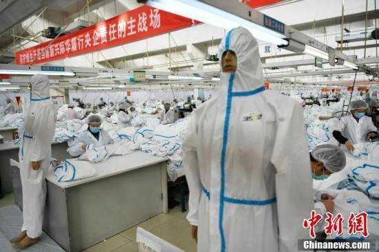 """""""超级工厂""""日产防护服2.6万套 出厂24小时送达武汉"""